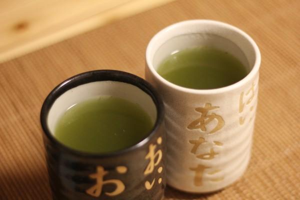 お茶を入れた2つの湯のみ